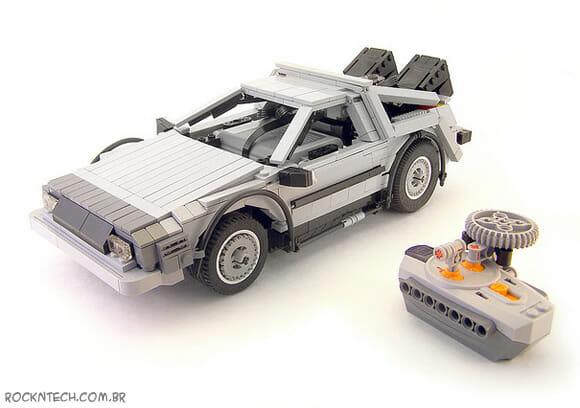 Réplica da Time Machine de De Volta para o Futuro em formato LEGO.