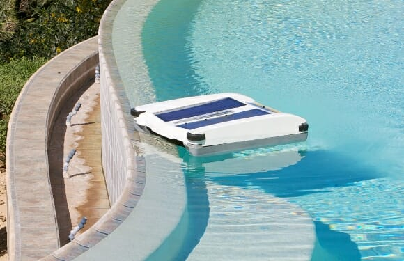 Skimmer é um robô que limpa sua piscina através de energia solar!