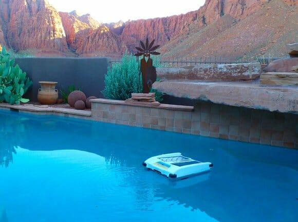 Skimmer um rob que limpa sua piscina atrav s de energia solar rock 39 n tech - Skimmer para piscinas ...