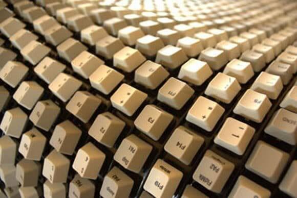 Banco feito com teclas de teclado de computador é muito original!