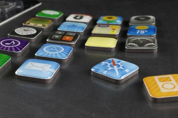 Ímãs de geladeira em forma de ícones de Apps do iPhone.