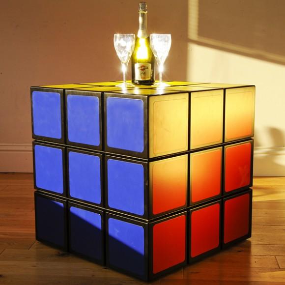 Mesa em forma de Cubo Mágico.