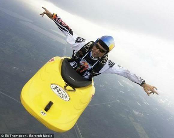 Paraquedas é coisa do passado. A nova onda agora é saltar de caiaque! (vídeo)