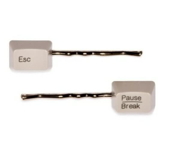 Grampos de cabelo feitos com teclas de teclado de computador.