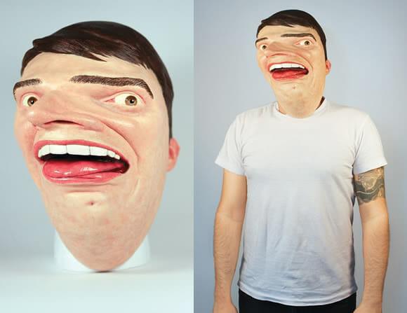Designer cria uma máscara de seu próprio rosto distorcido.