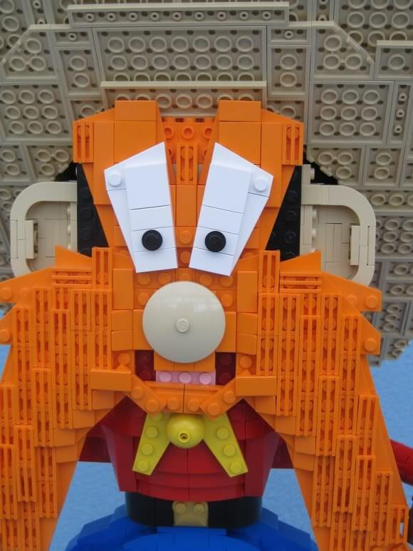 Estátua do Eufrazino Puxa-Briga feito de LEGO.