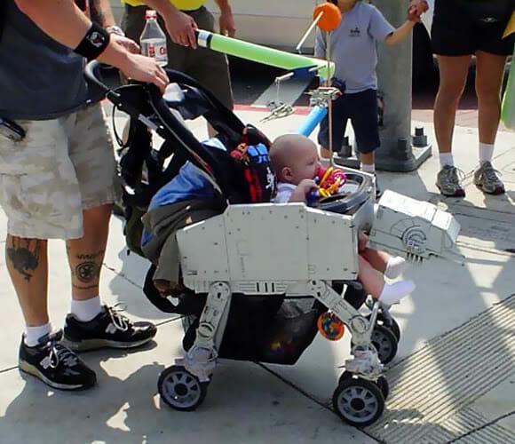 Carrinho de bebê em forma de AT-AT de Star Wars
