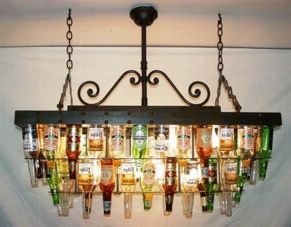 Um lustre feito com garrafas de cervejas para a sala da sua mesa de bilhar.