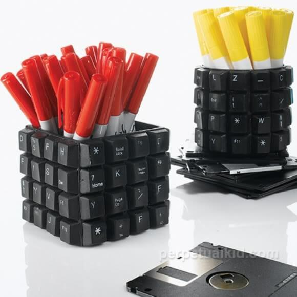 Porta canetas feito com teclas de teclado de computador