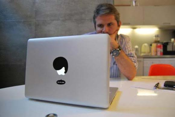 Adesivos para MacBook deixam o logo da Apple com cara de emoticon!