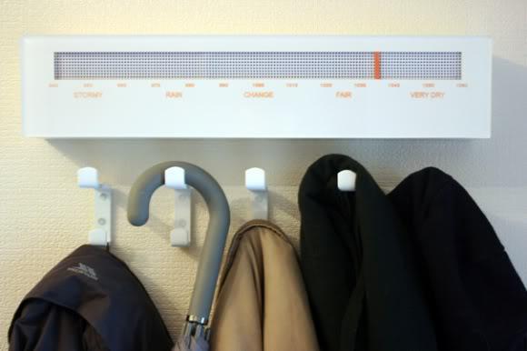 Cabide eletrônico te dá a previsão do tempo e das roupas também!