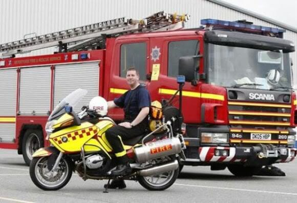 Inglaterra introduz motocicletas para combater incêndios nas ruas.