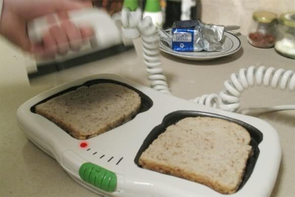 Torradeira em forma de desfibrilador para salvar o pão amanhecido.