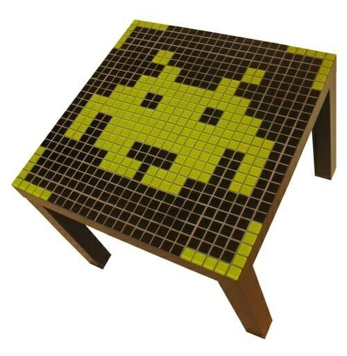 Mesa de centro Space Invaders para decorar casas de gamers e geeks.