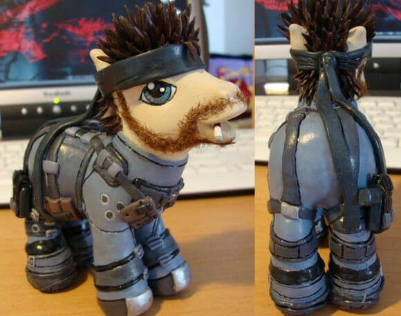 Meu Pequeno Pônei versão Solid Snake do Metal Gear.