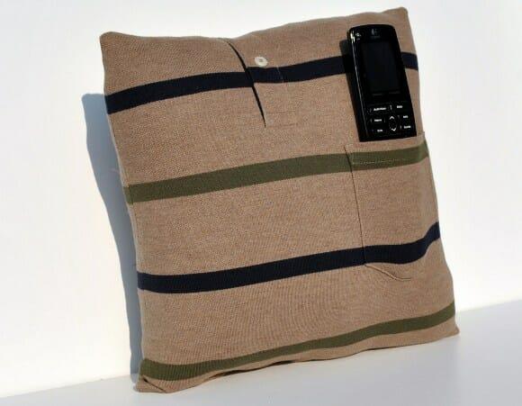 Almofada feita com camisa polo é ideal para homens que vivem perdendo o controle remoto.