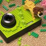 Câmera point-and-shot da Pentax encapada com blocos que imitam LEGO.