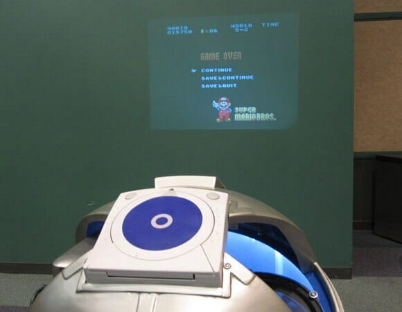 Um R2-D2 recheado de videogames e um projetor. O melhor amigo dos geeks!