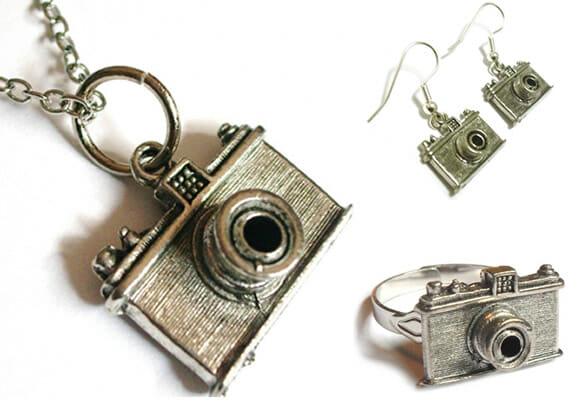 Conjunto de bijuterias inspiradas em câmeras antigas.