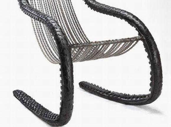 Cadeira feita com pneus e correntes de bicicleta reciclados.