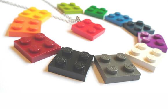 Colar geek feito com peças de LEGO.