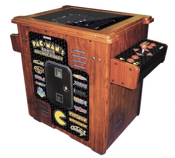Uma máquina recheada de games arcade 8-bits em estilo rústico.