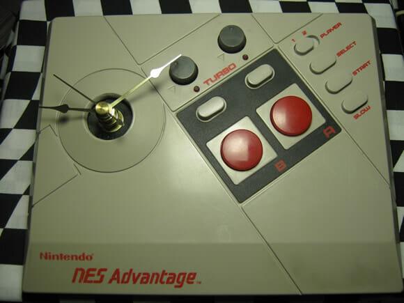 Relógio estiloso feito a partir de um controle NES Advantage.