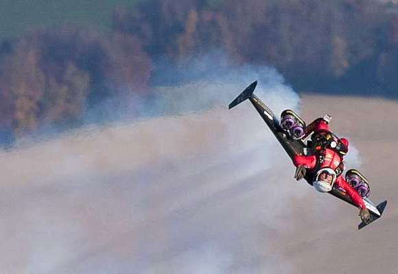 Com vocês: O primeiro homem a dar um loop no ar vestindo um traje de asas a jato. (com vídeo)
