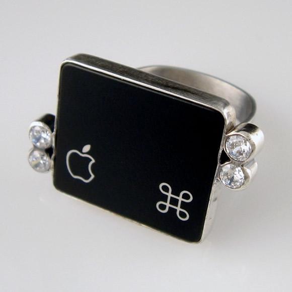Semi-jóia feita com a tecla da maça do Mac.