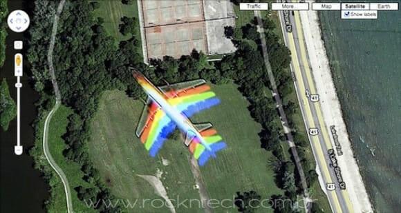 FOTOFUN - Quando um avião passa na frente do satélite do Google Maps.