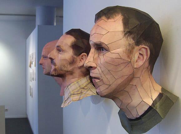 Os impressionantes bustos feitos de papel.