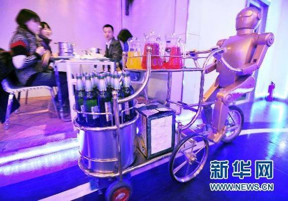Restaurante chinês oferece atendimento robótico para clientes.