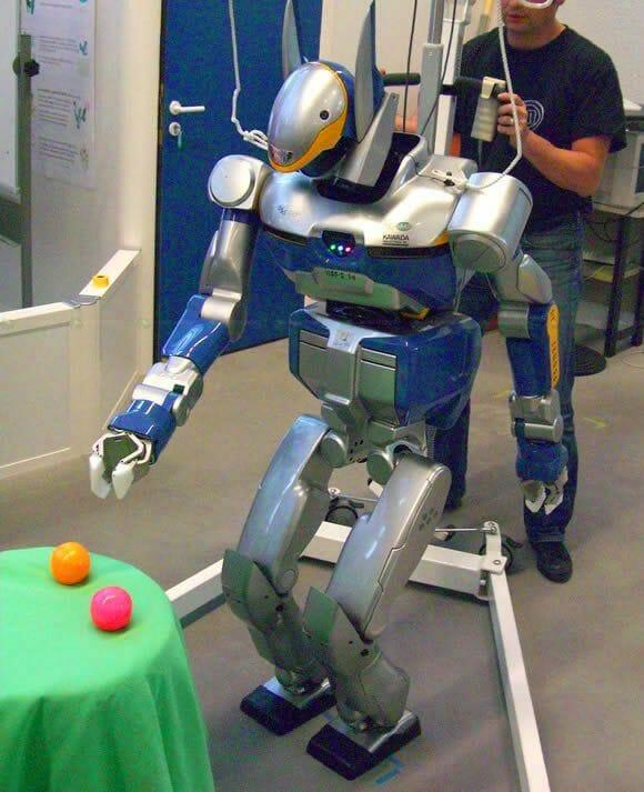 HRP-2 - O robô que se movimenta como uma senhora de idade.