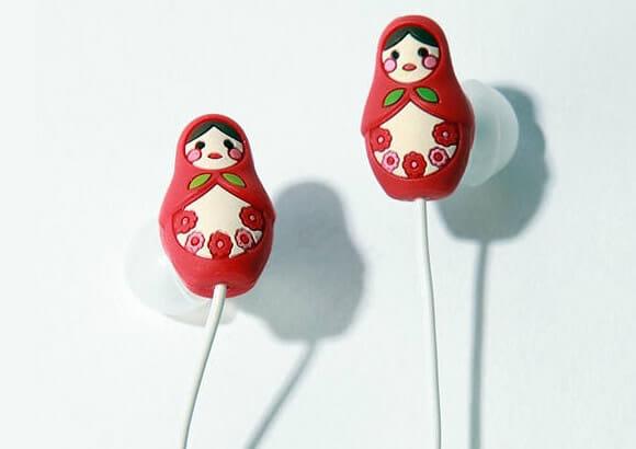 Fones de ouvido em forma de boneca russa.