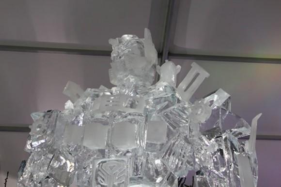 Escultura do Optimus Prime de 8 metros de altura feita de gelo.