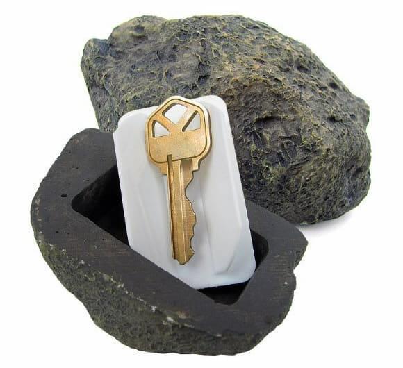 Uma pedra pra ajudar a esconder as chaves de casa no jardim.