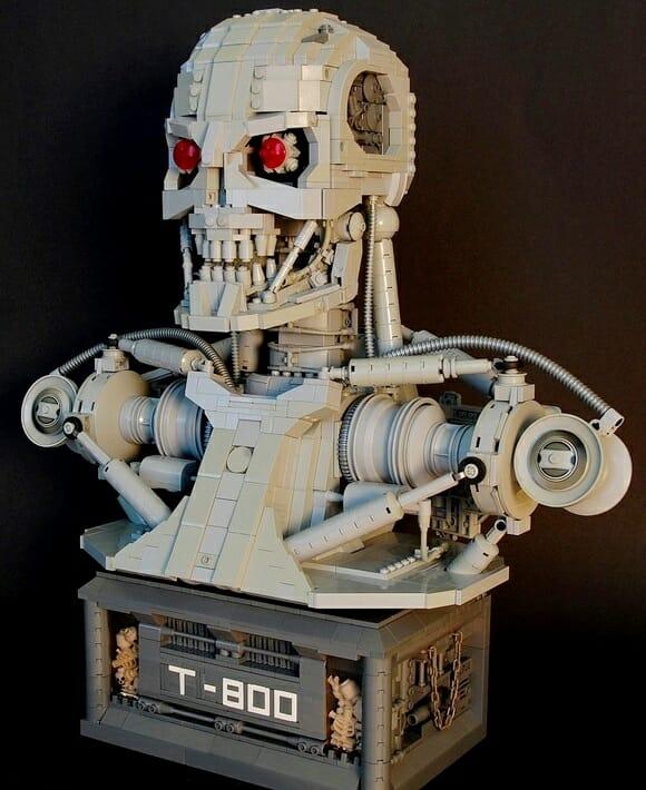 Um busto do Exterminador do Futuro inteiramente feito de LEGO.