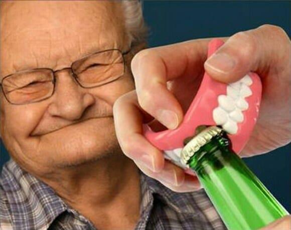 Denture Bottle Opener – Um abridor de garrafas em forma de dentadura!