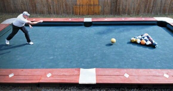O maior jogo de bilhar do mundo é jogado com bolas de boliche.