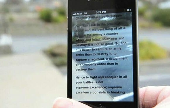 App para iPhone permite enxergarmos através do display enquanto lemos um livro. (com vídeo)