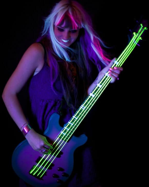 Cordas de guitarra que brilham no escuro.
