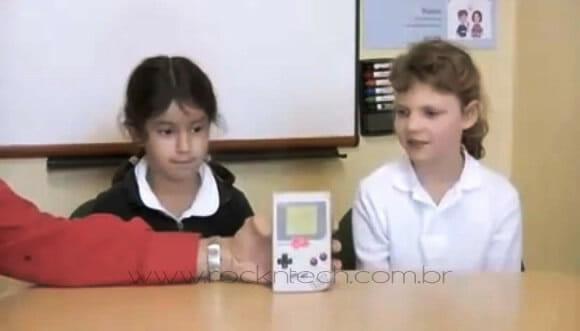 VIDEOFUN - Crianças da nova geração analisam gadgets e aparelhos antigos.