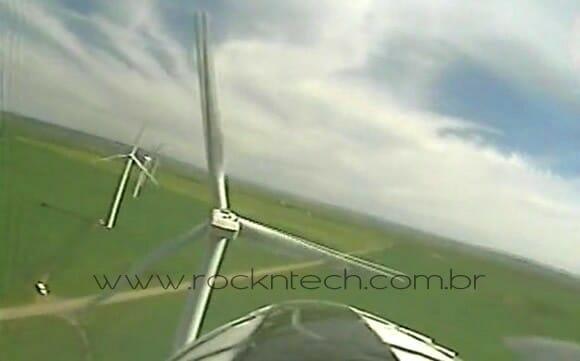 Um avião de controle remoto, uma câmera e dezenas de turbinas eólicas. (vídeo)