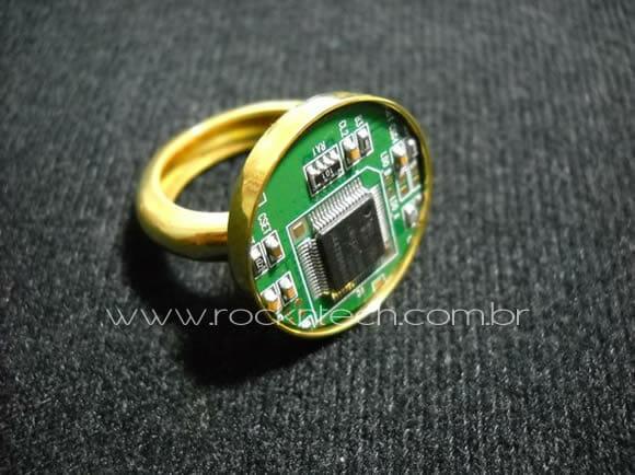 Anel feito com circuito eletrônico reciclado.
