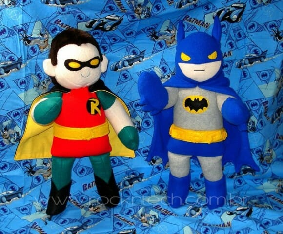 Bonecos de pelúcia do Batman e Robin.