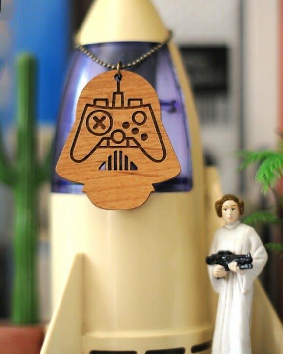 Darth Vader e C-3PO e seus controles de videogame.