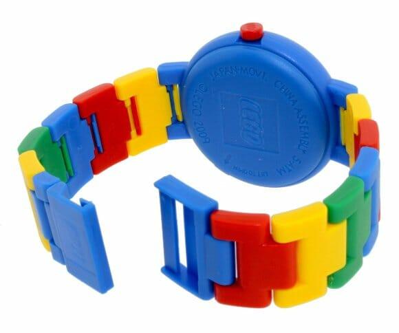 Relógio analógio oficial da LEGO com pulseira desmontável.