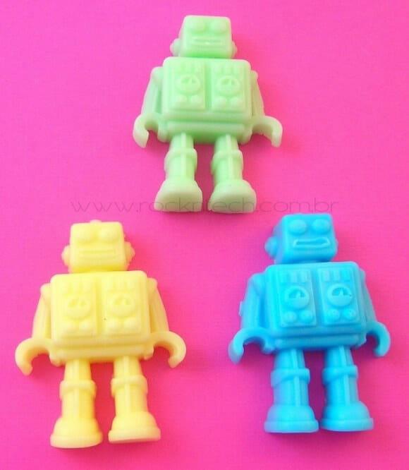 Sabonetes de robozinhos coloridos.
