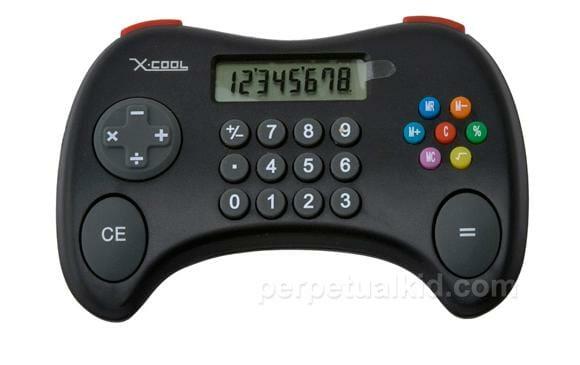 Calculadora em forma de controle de videogame para brincar de fazer conta.