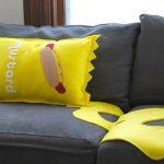 Almofada em forma de sachê de mostarda para uma decoração mais divertida.